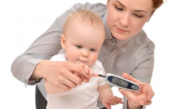 Мама измеряет уровень сахара в крови ребенка