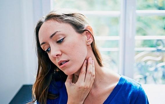 У женщины болят миндалины