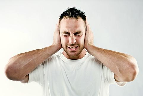 белые комочки изо рта с неприятным запахом