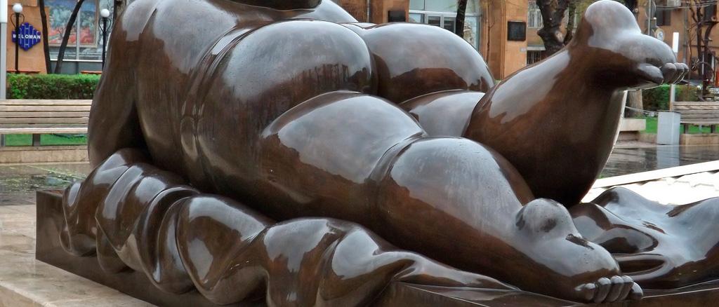 Скульптура «Курящая женщина»